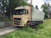 Der Lastwagen blieb im nassen Gelände stecken. (Bild: Stapo SG)