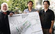 Das Komitee «vernünftiger Marktplatz» legt nach: Alfons Weisser und Hansueli Stettler mit «Hausgrafiker» Markus Tofalo (von links). (Bild: Ralf Streule)