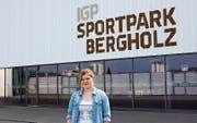 Vanessa Zweifel vor dem Heimstadion des EC Wil im Sportpark Bergholz. (Bild: Joel Räbsamen)