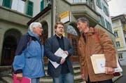Die Pläne der Post, ihr Filialnetz umzukrempeln, werden von Helena Graf, Dominik Dietrich und Martin Boesch (von links) nicht goutiert. (Bild: Ralph Ribi)
