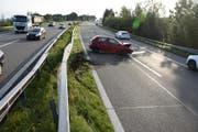 Nachdem er auf der linken und auf der rechten Seite der Autobahn die Leitplanke gestreift hatte, kam der Wagen zum Stehen. (Bild: kapo SG)