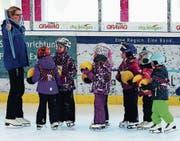 In den Eiskindergarten-Kursen lernen die Kleinen von erfahrenen Eisläufern, wie man richtig auf den Schlittschuhen steht. (Bild: pd)