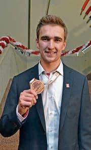 Mit Stolz zeigt Fabio Holenstein seine Medaille. (Bilder: Peter Jenni)