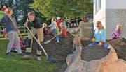 Landschaftsgärtner, Künstler und Lehrkräfte lassen die Kinder Kunst erleben. Zu Besuch waren sie auch in der Würth-Ausstellung in Rorschach. (Bilder: Kurt Latzer)