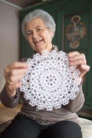 Stolz präsentiert Rosmarie Huser aus Alt St. Johann eines ihrer filigranen kunsthandwerklichen Produkte. (Bild: Benjamin Manser (Benjamin Manser))