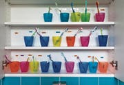 Zahnbürsten in einer Kindertagesstätte: Die SP hält eine kostenlose Tagesbetreuung für einen «sehr guten» Standortfaktor. (Bild: Gaëtan Bally/KEY)