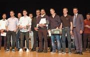 Die Absolventen mit den besten Schlussnoten nehmen ihre Auszeichnungen entgegen. (Bild: Gianni Amstutz)