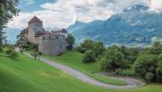 Vom Schloss Vaduz geht der Blick hinüber in die Schweiz. (Bild: Konstantin Kalishko/Fotolia (Vaduz, 21. August 2015))
