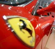 Der Verkehrsrowdy raste mit einem Ferrari mit fast 40 Kilometern pro Stunde zu schnell innerorts. (Symbolbild: Keystone/Dumitru Doru)