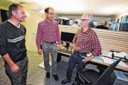 Josef Benz (links) und Werner Zogg (rechts) teilen sich seit Anfang Oktober ein gemeinsames Büro im Werkhof der Stadt Altstätten. Dies erleichtert nicht zuletzt die gegenseitige Stellvertretung, sagt Regionalförster Erwin Rebmann (Mitte). (Bild: Max Tinner)