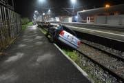 Ein betrunkener Österreicher fuhr mit seinem Auto in eine Sackgasse beim Bahnhof Rheineck und verunfallte. (Bild: Kapo SG)