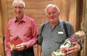 Dirigent Niklaus Schönenberger und Chormitglied Martin Kuster engagieren sich seit 40 Jahren für den Kirchenchor. (Bild: PD)