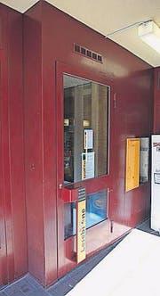 Die Bücher-Telefonzelle an der Linsebühlstrasse 97. (Bild: Elisabeth Reisp)
