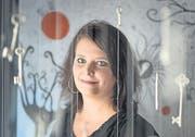 So viel ist zu entdecken: Clarissa Schwarz in der Galerie vor der Klostermauer. (Bild: Michel Canonica)