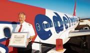 Karl «Charly» Kistler durfte als Captain und CEO der Edelweiss Air zahlreiche Auszeichnungen entgegennehmen. Hier zeigt der Pilot eine Urkunde für gutes Marketing. (Bilder: Roland Poschung)