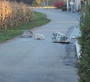 Am Freitag hat die Gemeinde die Steine vor der Brücke plaziert.