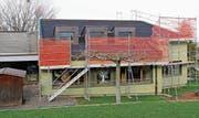 Schon wieder Baugerüst: Das Dach des Unteregger Kindergartens «im Rank» wird während der Sportferien erneuert. (Bild: Daniela Huber-Mühleis)