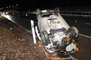Der Wagen landete auf dem Pannenstreifen. (Bild: Kapo SG)