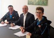 Urban Koller, Raiffeisenbank Mittleres Toggenburg (Mitte), unterzeichnet den Sponsoringvertrag mit den OK-Vertretern Robert Menzi (Sponsoring) und Petra Hollenstein (OK-Präsidentin). (Bild: PD)