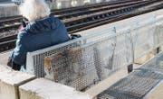 Hitze und Rauch haben an der Sitzbank auf dem Mittelperron des Flawiler Bahnhofs sichtbare Spuren hinterlassen. (Bild: Andrea Häusler)