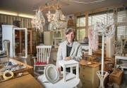 Werken statt backen: In der ehemaligen Backstube wandelt Blanca Gehr herkömmliche Möbel in Shabby Chic um. (Bild: Urs Bucher)