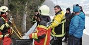 Heiri Rhyner, Kommandant der Feuerwehr Wattwil-Lichtensteig und Präsident des Feuerwehrverbandes Toggenburg (Bildmitte), erklärt den Gemeindepräsidenten und Kantonsräten, wie sich die Feuerwehrleute für Rettungen im Gelände sichern. (Bilder: Sabine Schmid)
