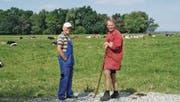 Hirt Helgar Nagel (links) und ein Eigentümer bei der Herde. (Bild: Michael Götz)
