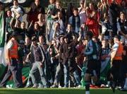 Sicherheit kostet Geld: Fans des FC St.Gallen bei einem Auftritt der Espen im Cup beim FC Baden im Jahr 2004. (Bild: STEFFEN SCHMIDT (KEYSTONE))