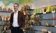 Geschäftsführer Gregor Menzi vor einer Auswahl an Schoggihasen, die seit Ende Februar im Laden gekauft werden können. (Bild: Leona Dieckmann)