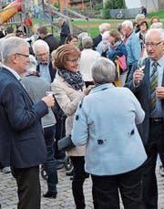 Niklaus Schönenberger darf beim Apéro auf dem Schulhausplatz viele Glückwünsche entgegennehmen, so auch vom Gemeindepräsidenten Karl Brändle. Von Kirchenpräsidentin Katrin Keller-Breitenmoser (rechts) wird er mit einem Geschenk überrascht. (Bilder: PD)