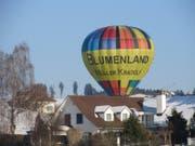 Nach langem Auf und Ab, nahe an den Häusern, landet der Ballon mitten in einem Gossauer Wohnquartier. (Bild: Claudine Germann)
