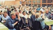 Mehr als doppelt so viele Ortsbürger wie gewohnt nahmen an der diesjährigen Ortsbürgerversammlung teil – viele der letztes Jahr Eingebürgerten freuten sich, nun auch dabei sein zu dürfen. (Bild: Max Tinner)