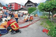 12- bis 18-jährige Buben und Mädchen der Rheintalischen Jugendfeuerwehr demonstrieren hier, dass sie das Feuerwehrhandwerk beherrschen. (Bild: Max Tinner)