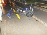Der Motorradfahrer musste mit unbestimmten Verletzungen ins Spital gebracht werden. (Bild: Kapo)