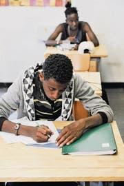 Die geringe Schulbildung der Flüchtlinge erschwert oftmals deren Bemühungen, Deutsch zu lernen. (Bild: Donato Caspari)