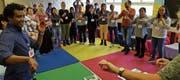 Gemeinsam werden Situationen gespielt und gesungen. Dabei werden innert kurzer Zeit über tausend deutsche Wörter gelernt. (Bild: PD)