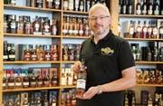 Ivan Vollmeier mit einem seiner besten Whiskys im House of Single Malts in Mörschwil. (Bild: Marc Sieger)