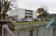In der bestehenden Asylunterkunft sollen die Büros in Wohnraum umgewandelt werden. Statt 180 Menschen können sodann in einer Übergangsphase bis zu 346 Asylsuchende im Gebäude untergebracht werden. (Bild: Gert Bruderer)