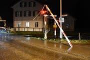 Die Bahnschranke wurde abgerissen und verfing sich am Blinklicht. (Bild: kAPO sg)