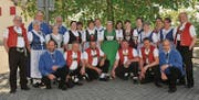 9 der 17 Gründungsmitglieder jodeln noch immer im Jodelchörli Ruggisberg mit. (Bild: PD)