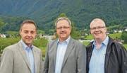 Die Präsidenten des Wahlausschusses, Urs Loser (FDP, links) und Peter Eggenberger (SVP, rechts), präsentieren Markus Straub als ihren Kandidaten für das Amt des Rüthner Gemeindepräsidenten. (Bild: pd)