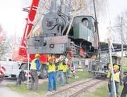 Vorsichtig wird die 100-jährige Dampflokomotive auf die Schienen gehoben. (Bild: Susi Miara)