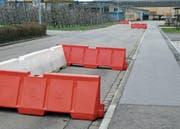 Der Gemeidnerat will mit den Hindernissen herausfinden, wie der Verkehr fliesst, wenn an der Industriestrasse Parkfelder eingezeichnet wären. Kommenden Freitag kommt das Hindernis an der Kurve weg. (Bild: Kurt Latzer)