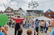 Am Strassenfest gab es am Samstag viel zu staunen beim Auftritt der Gaukler. Unter Zeltdächern wurde Kulinarisches und Musikalisches serviert. (Bilder: Coralie Wenger)