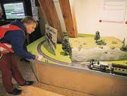 Kinder können eine Modelleisenbahn selber steuern.