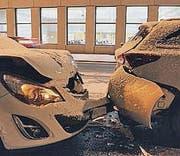 Zwei beschädigte Autos. (Bild: stapo)