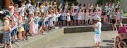Ein grossartiges Bild : Gut 70 Blockflötenschülerinnen und -schüler eröffneten gemeinsam die Sommerserenade der Musikschule Unterrheintal in Diepoldsau. (Bild: Maya Seiler)
