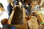 Der Sarkophag wird geöffnet. (Bild: Amt für Archäologie)