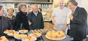 In der Bäckerei Dietsche erhalten die Teilnehmerinnen und Teilnehmer der Probiererli-Tour exquisite Schoggi- und Apfelbrioche zum Kosten. (Bilder: Vivien Steiger)