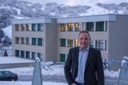 Schulratskandidat Othmar Huser vor der Schulanlage Büelen in Nesslau. (Bild: PD)